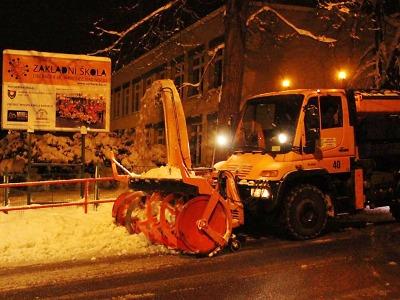Obrazem: Večerní úklid sněhu v Jablonci po vyhlášení kalamity