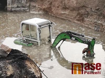 Po dešti zůstal v rozkopané Přepeřské ulici v Turnově utopený bagr
