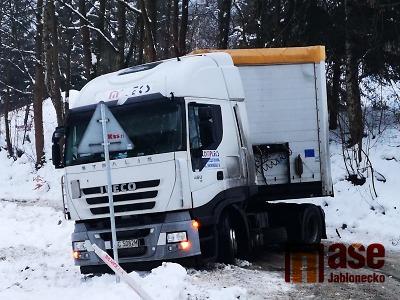 VIDEO: Uvízlý kamion blokoval silnici mezi Rádlem a Jeřmanicemi