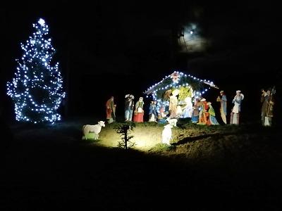 V Loužnici již nasvítili vánoční betlém i stromek