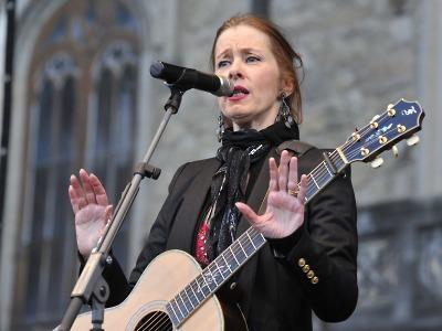 Legendární písničkářka Suzanne Vega vystoupila na Sychrově