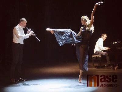 Veverka hraje a Stejskalová tančí nejslavnější melodii Moricconeho