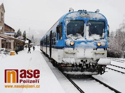 Kvůli sněžení je uzavřena silnice na Harrachov, stojí i některé vlaky