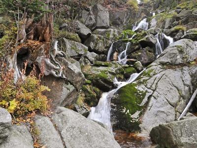 Skalní vyhlídka i vodopád. Vlakem do Hejnic za oslnivou přírodou