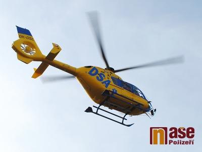 Motorkáře po srážce u Držkova transportoval do nemocnice vrtulník