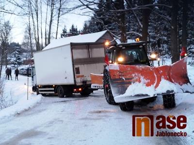 VIDEO: Nákladní auto u Lučan musely vytáhnout dva traktory