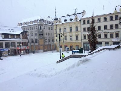 Na jabloneckém náměstí aktuálně zaparkujete zdarma, důvodem je sníh