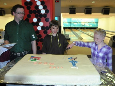 Medailisté zimní olympiády mládeže okusili za odměnu dort a bowling