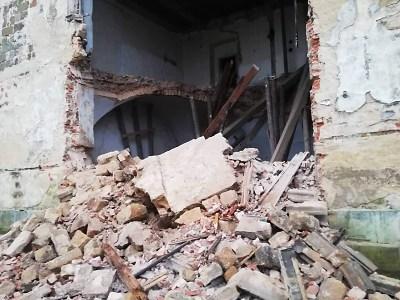 V areálu zámku Zákupy spadla zeď budovy, která čekala na svou obnovu