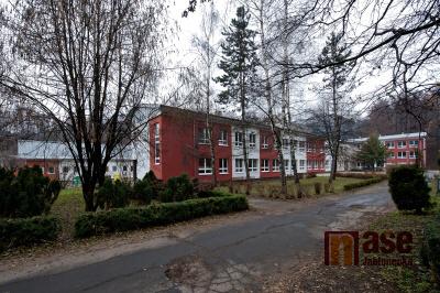 V Desné zateplí zbývající dva pavilony školy