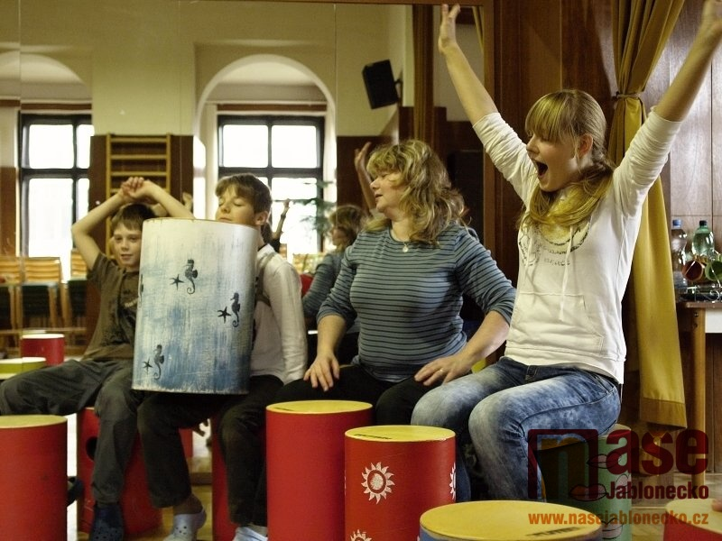 Relaxační workshop hry na drumbeny pro zdravotně hendikepované i zájemce z řad veřejnosti  pořádal DDM Vikýř v Jablonci nad Nisou.