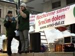 Demonstrace Jablonečanů proti plánované silnici, která má vést Srnčím dolem.