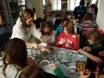 Navlékání korálků v Muzeu skla a bižuterie v Jablonci nad Nisou.