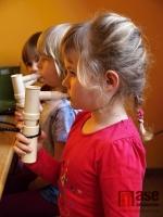 Rehabilitační cvičení dětí v Mateřské škole Kapička v Jablonci nad Nisou pod vedením rehabilitační pracovnice Heleny Kolářové.