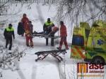 Nový sníh na zledovatělém povrchu přinesl komplikace především chodcům.