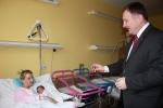 Primátor Jablonce Petr Beitl vítá první miminko roku 2013
