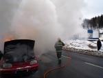 V Desné hořelo auto