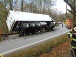 Nehoda polského kamionu, který se převrátil v zatáčce v obci Grabštejn