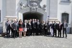 Liberecká delegace před budovou kantonální vlády