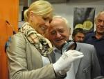 Helena Vondráčková při ražbě vlastní mince v jablonecké mincovně