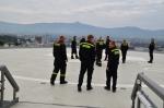 Hasiči se seznamují s heliportem v areálu Krajské nemocnice Liberec