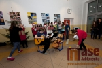 Tanvaldští gymnazisté přivítali Vánoce zpěvem písní