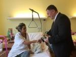 Primátor Beitl předává dárky maminkám