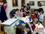Obrazem: Dětem zahráli představení Papírové pohádky