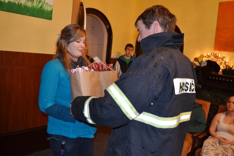 Hasiči z SDH Maršovice rozdávali o Vánocích dětem radost ve školce, v nemocnici i v dětském domově