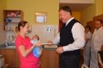 Maminka prvního miminka roku 2017 v jablonecké nemocnici přijímá gratulace od primátora Beitla a ředitele Němečka