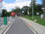 Motocyklistka chtěla objet závoru před nemocnicí, ale skončila v ní