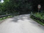 Řidič se nevešel s autem na most mezi Navarovem a Držkovem