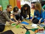 Školáci tvořili znak z odpadového skla
