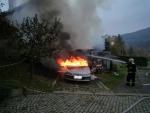 V Tanvaldu hořel přístavek s auty, škoda je 150 tisíc