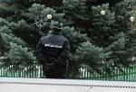 Nakloněný vánoční strom v Jablonci nad Nisou hlídají pracovníci technických služeb a strážníci městské policie