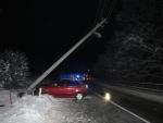 Opilá řidička přerazila autem na Smržovce betonový sloup