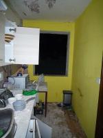 Následky výbuchu PB lahve v bytovém domě na Smržovce