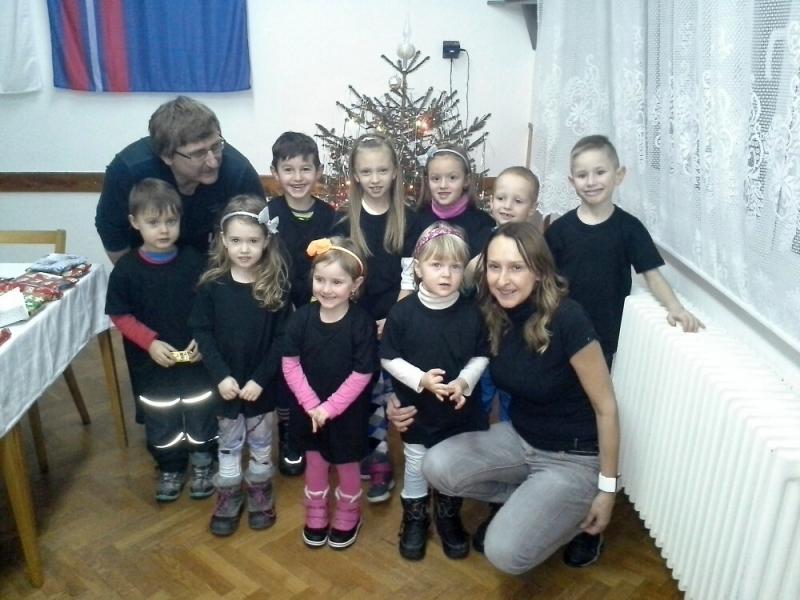 Hasiči z Maršovic o Vánocích obdarovali děti v jablonecké nemocnici i školce