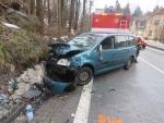 Na mokru narazil řidič v Jablonci do druhého auta, dva lidé jsou zranění