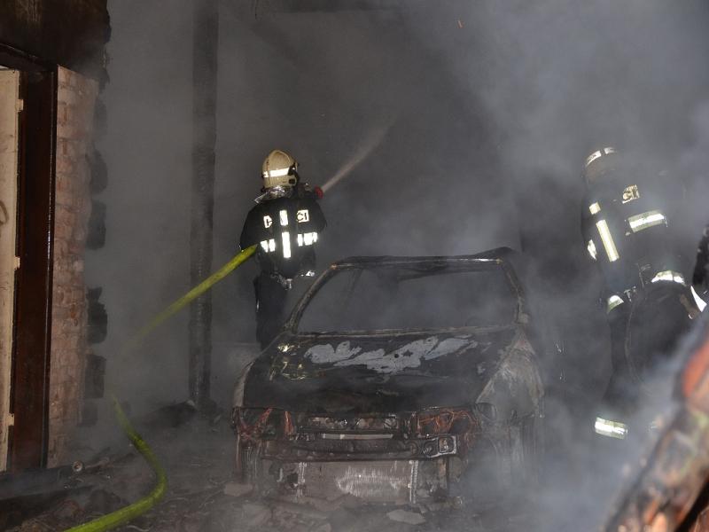 Požár v areálu bývalého mlýna v obci Stvolínky na Českolipsku, kde oheň zničil auto s přívěsem<br />Autor: HZS LK stanice Liberec, Oldřich Laufke