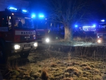 Požár v areálu bývalého mlýna v obci Stvolínky na Českolipsku, kde oheň zničil auto s přívěsem