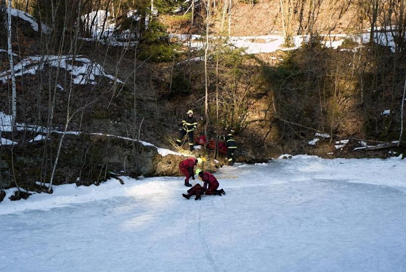 Hasičské cvičení záchrany osob z ledu v bývalém lomu v Jirkově<br />Autor: HZS Libereckého kraje, Richard Michna