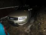 Poškozené Audi A8 vlivem nárazu do lampy