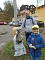 Spolek TanDeM Kryšpín společně s družinou ZŠ v Desné se při úklidu zaměřili na Desnou v Jizerských horách