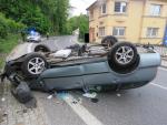 Řidička vyjela s autem v Jablonci ze silnice a skončila na střeše