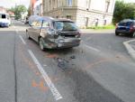 Obrazem: Střet dvou aut na křižovatce ulic SNP a Jarní v Jablonci