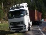 Mladá žena vjela s autem pod kamion