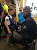 Návštěva policistů za dětmi na příměstském táboře Oblastního spolku Českého červeného kříže v Jablonci