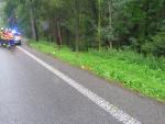 Na mokru mezi Železným Brodem a Loužnicí řidič dostal smyk
