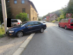 Řidič chtěl v Desné zabránit střetu s autem, ale narazil do sloupu